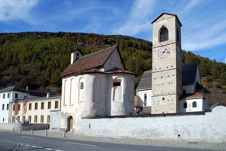 Бенедиктинский монастырь в Швейцарской деревне Мюстаир