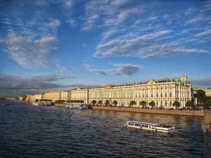 Дворцовая набережная в Санкт-Петербурге